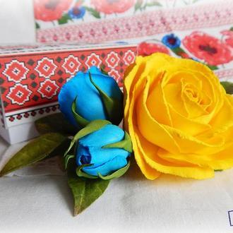 Заколка с розами в национальных цветах