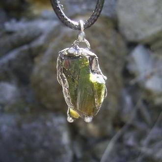 кулон Турмалин, кристалл турмалина зеленого, посеребрение, медь, олово.