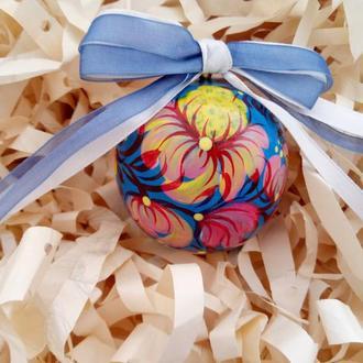 Новогодняя игрушка, деревянный голубой елочный шар с ручной росписью.