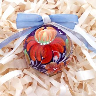 Новогодняя игрушка, деревянный фиолетовый елочный шар с ручной росписью.