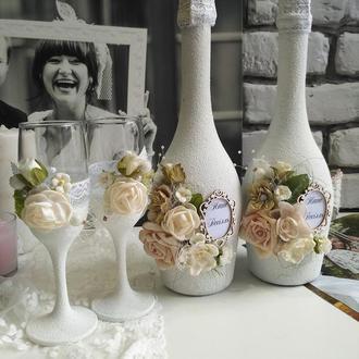 Бутылка шампанского и бокалы