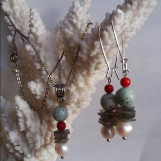 Набор длинные серьги и кулон из натуральных камней.