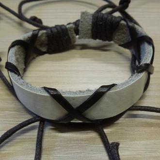 Браслет из натуральной кожи белой, плетеный из темных полос и шнура. Унисекс.