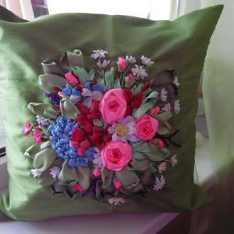 """Наволочка из полиэстера """"Розы, хризантемы и гортензии"""" на подушку  40 на 40 см вышивка лентами"""