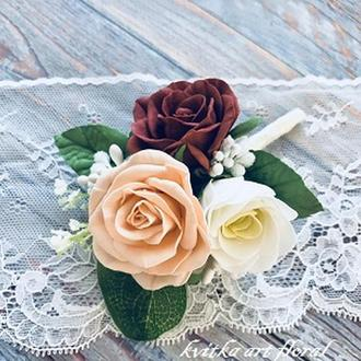 Весiльнi бутоньэрки з трояндами та эустомой марсала