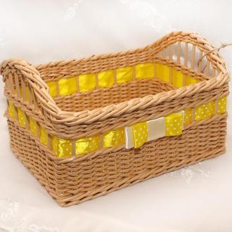 Плетеная прямоугольная корзина с желтой лентой