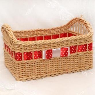 Плетеная прямоугольная корзина с красной лентой