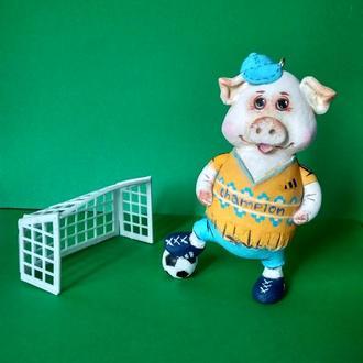Свинка-футболист