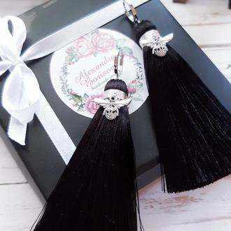 Черные серьги-кисточки с серебряными пчелками с инкрустацией цирконами.