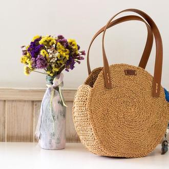 Круглая сумочка из рафии с кожаными ручками