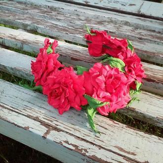Венок с крупными красными розами