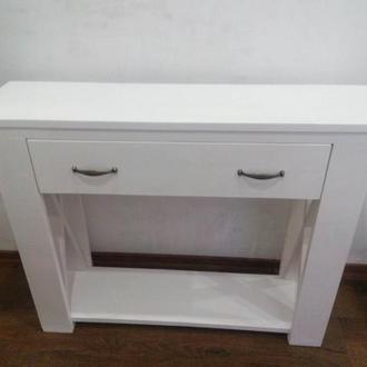 Узкий консольный столик в белом цвете.