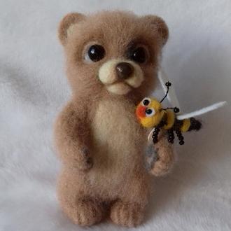 Медвежокок с пчелой. Брелок на сумку, подвеска, игрушка валяная из шерсти.
