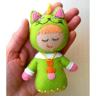 объёмная игрушка на ёлку ручной работы из фетра, малыш, котик
