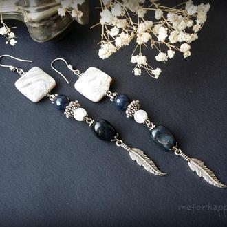 Длинные серьги с синим и белым агатом, пером и квадратным камнем