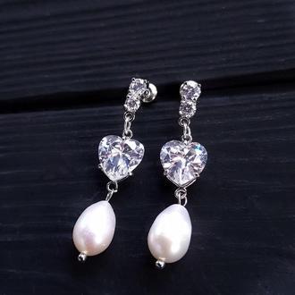 Сережки з натуральними перлами та кристалами у формі серця серьги с жемчугом и кристаллами