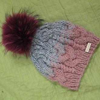 Модная вязаная косами шапочка с помпоном.