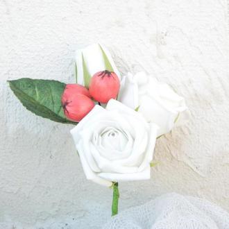 Брошь-бутоньерка с белыми розами, Бутоньерка для жениха