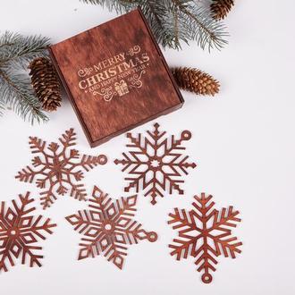 Набор новогодних игрушек изготовлен из натуральной древесин