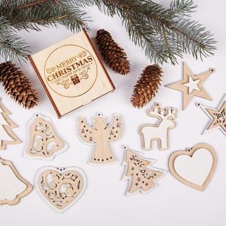 Набір новорічних іграшок виготовлений з натуральної деревини