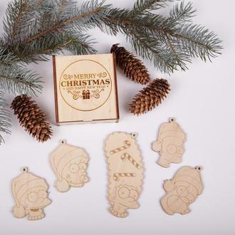 Набор новогодних игрушек изготовлен из натуральной древесины