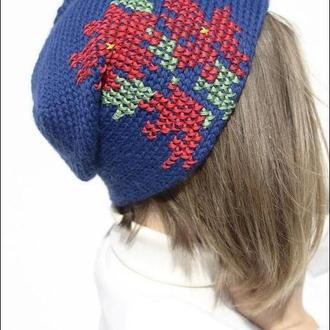 Яскрава синя шапка з червоними вишитими хрестиком квітами