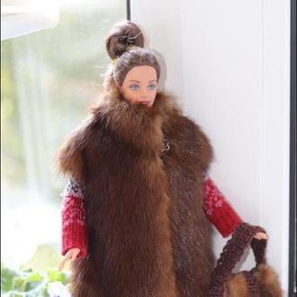 Зимний коплект для куклы Барби. Меховый жилет и сумочка.