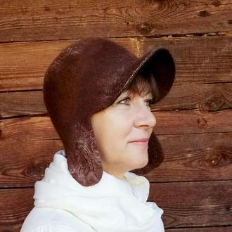 Валяная женская шапка с козырьком