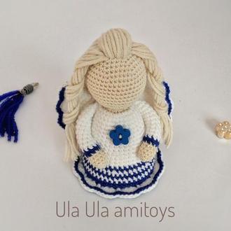 Ангелик у біло-синій сукні