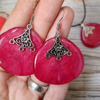 Комплект - кулон и серьги из натуральных лепестков розы в ювелирной смоле.