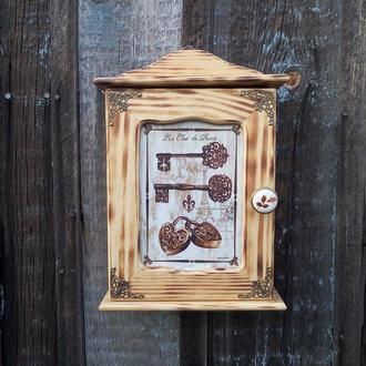 Деревянная ключница настенная в прихожую с дверцей Ключница закрытая в стиле рустик винтаж