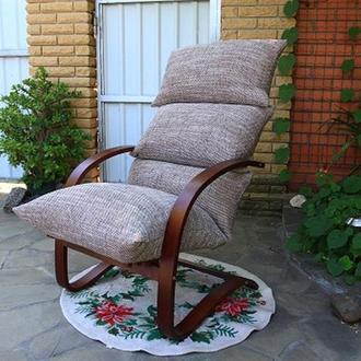 Мягкое кресло на изящных ножках
