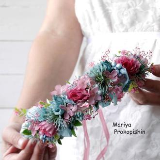 Віночок з квітів  в розово-голубому кольорі.