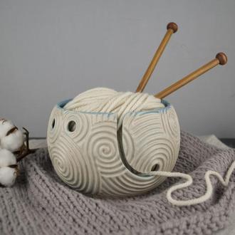 Керамическая клубочница голубого цвета с резной фактурой