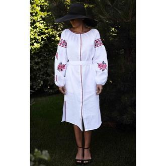Вышитое платье белое с красными розами