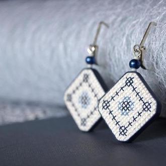 """Сережки """"Українські традиції"""" в синіх тонах з полімерної глини в техніці """"імітація вишивки"""""""