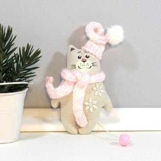 Новогодний котик Игрушка кот в шапке Бежевая елочная игрушка Розовый декор котенок Полосатый шарф