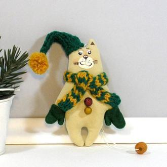 Новогодний котик в зеленых варежках Игрушка кот гном Горчично изумрудный декор Бежевый котенок