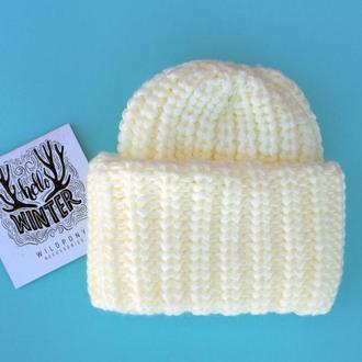 Теплая шапочка молочного цвета