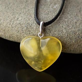 Кулон из янтаря формы сердечка