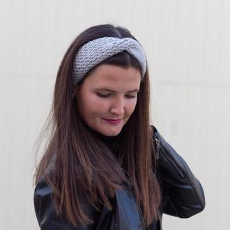 Вязаная повязка на голову серого цвета