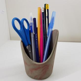 Стакан для ручек и карандашей из бетона - серый с красным