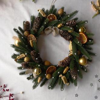 Большой новогодний рождественский венок из литой хвои, шишек, желудей и сушеных апельсинов