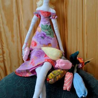 Кукла тильда в цветном платье