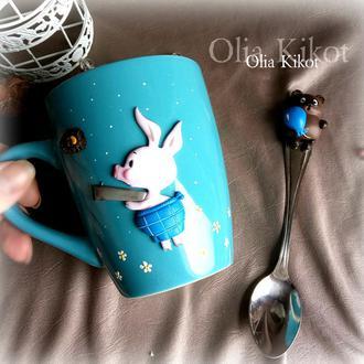 Чашка и ложка с мультяшными героями Винни пух и Пятачек .