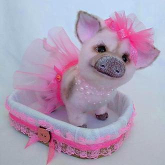 "Интерьерная игрушка символ 2019 года ""Свинка - балеринка"" в корзинке."