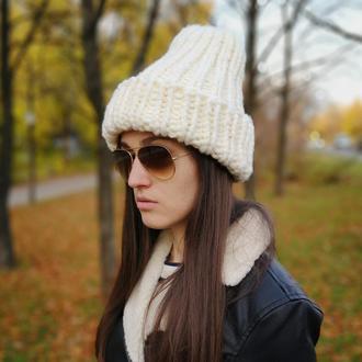 Бежевая зимняя теплая шапка из крупной пряжи меринос шерсть мериноса от Bregoli design