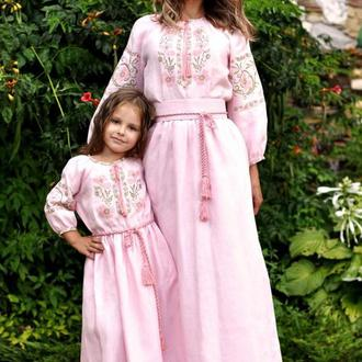 Ніжний комплект суконь для мами і доньки з квітковим орнаментом