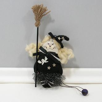 Кошка ведьмочка с метлой Волшебный декор хеллоуин Карманный котенок волшебница Авторская игрушка кот