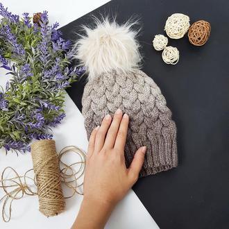 Bregoli design вязаная подрастковая шапка без отворота с бежевым бубоном цвет градиент 52-55см